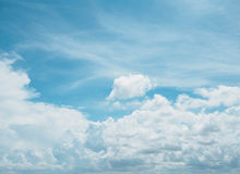 Klarer blauer Himmel mit weißer Wolke Stockfotografie