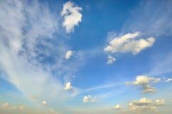 Klarer blauer Himmel mit weißer Wolke (Tapete, Hintergrund, Grafik, abstraktes Design) Lizenzfreies Stockbild