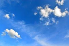 Klarer blauer Himmel mit weißer Wolke (Tapete, Hintergrund, Grafik, abstraktes Design) Stockbild