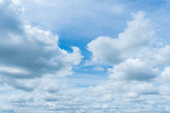 Klarer blauer Himmel mit Wolke Stockbild