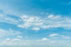 Klarer blauer Himmel mit Wolke Lizenzfreies Stockbild