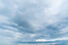 Klarer blauer Himmel mit Wolke Lizenzfreie Stockbilder