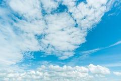 Klarer blauer Himmel mit Wolke Lizenzfreie Stockfotos