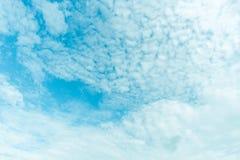 Klarer blauer Himmel mit Wolke Stockfotos