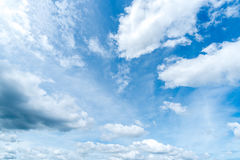 Klarer blauer Himmel mit Wolke Lizenzfreies Stockfoto