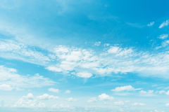 Klarer blauer Himmel mit Wolke Stockfoto