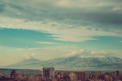 Klarer Eindruck von Eriwan-Stadtbild Reise nach Armenien Tourismusindustrie Der Ararat auf Hintergrund Bewölkter Morgenhimmel Imp lizenzfreie stockfotos