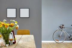 Klarer hölzerner Speisetisch und altes Fahrrad im Hintergrund Stockfoto