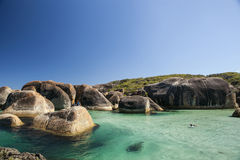 Klarer Himmel, blaues Wasser und Felsen in Albanien West-Australien Stockbild