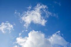 Klarer Himmel den mittleren Tag Lizenzfreie Stockfotografie