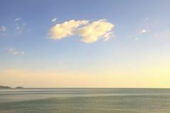 Klarer Himmel mit dem Wolkenschwimmen Lizenzfreie Stockfotografie