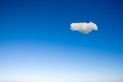 Klarer Himmel mit einer Wolke Stockfoto