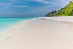 Klarer Himmel mit Meer und Sand Lizenzfreies Stockbild