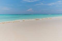 Klarer Himmel mit Meer und Sand Lizenzfreies Stockfoto