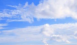 Klarer Himmel mit Wolke Lizenzfreie Stockfotos