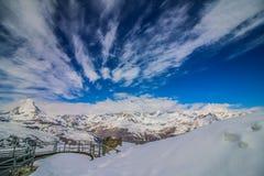 Klarer Himmel und bewölkte Gebirgs-Matterhorn-Ansicht, Zermatt, die Schweiz Stockfoto