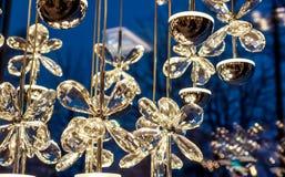 klarer Kristallschmetterling als Teil der Luxuslampe Stockfotos