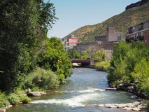 Klarer Nebenfluss und Coors-Brauerei in goldenem Colorado Lizenzfreies Stockbild