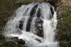 Klarer Nebenfluss-Wasserfall Stockbilder