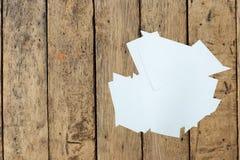 Klarer Papierausschnitt auf hölzerner Tabelle stockfotos