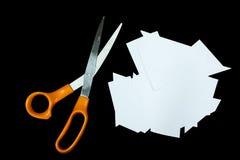 Klarer Papierausschnitt und Scheren wird auf schwarzem Hintergrund lokalisiert lizenzfreies stockfoto