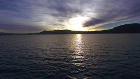 Klarer purpurroter Seesonnenuntergang, Luftschuß stock video