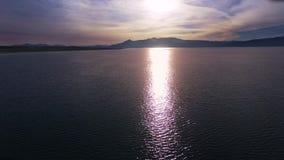 Klarer purpurroter Seesonnenuntergang, Luftschuß stock footage