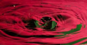 Klarer rotes Wasser-Tropfen und Spritzen Stockfoto