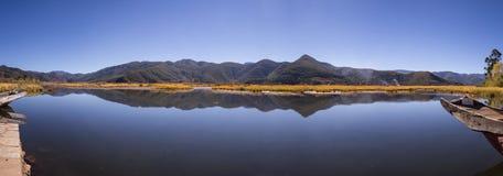 Klarer See umgeben bis zum Herbst Stockfoto
