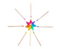 Klarer Pinwheel mit farbigen Bleistiften Lizenzfreie Stockfotografie