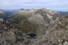 Klarer und kalter alpiner See stockbild