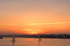 Klarer Winter-Sonnenuntergang auf großen Nile River Stockfoto