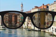 Klares Bild in den Gläsern gegen undeutliche Landschaft Stockfoto
