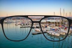 Klares Bild in den Gläsern gegen undeutliche Landschaft Lizenzfreie Stockfotos