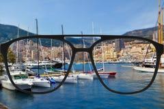 Klares Bild in den Gläsern gegen undeutliche Landschaft Lizenzfreie Stockbilder