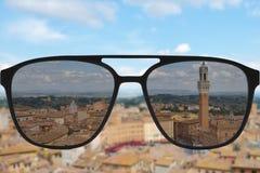 Klares Bild in den Sonnenbrillen gegen undeutliches Land sonniges andscape Stockfotos