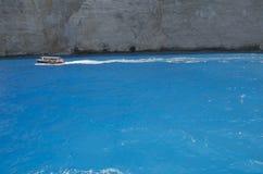 Klares blaues ionisches Meer nahe den blauen Höhlen in Zakynthos-Insel lizenzfreie stockfotografie