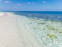 Klares blaues Meer, Himmel und weißer Strand Stockbild