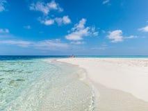 Klares blaues Meer, Himmel, weißer Strand und Reisender Stockfotos