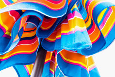 Klares Blaues und Orange des Strandschirms lizenzfreies stockfoto