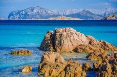 Klares erstaunliches Azurblau färbte Meerwasser auf Capriccioli-Strand mit Granitfelsen, Sardinien, Italien stockbild