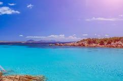 Klares erstaunliches Azurblau färbte Meerwasser in Capriccioli-Strand, Sardinien, Italien lizenzfreie stockbilder