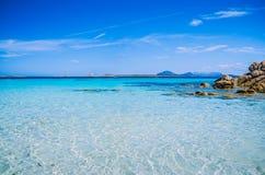 Klares erstaunliches Azurblau färbte Meerwasser mit Granitfelsen in Capriccioli-Strand, Sardinien, Italien stockbilder
