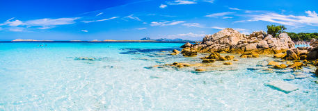 Klares erstaunliches Azurblau färbte Meerwasser mit gtanote Felsen in Capriccioli-Strand, Sardinien, Italien lizenzfreie stockfotos