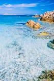 Klares erstaunliches Azurblau färbte Meerwasser mit gtanote Felsen in Capriccioli-Strand, Sardinien, Italien stockfoto