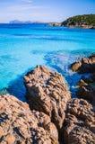 Klares erstaunliches Azurblau färbte Meerwasser mit gtanote Felsen in Capriccioli-Strand, Sardinien, Italien lizenzfreie stockbilder