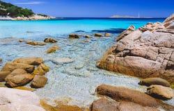 Klares erstaunliches Azurblau und Türkis färbten Meerwasser mit enormen Granitfelsen in Capriccioli-Strand, Sardinien, Italien lizenzfreie stockfotos