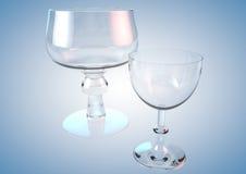 Klares Glas und Schale auf einem blauen Hintergrund Stockfotografie