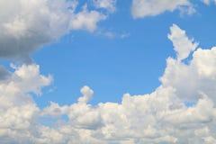 Klares Himmelblau und weißes schönes der Wolke für Naturhintergrund, Himmelblau-Raummitte auf Wolkenweiß Lizenzfreie Stockfotos