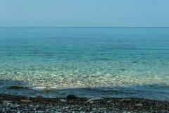 Klares Meer von der Küste Lizenzfreie Stockfotos